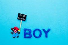 婴儿送礼会-男孩-与与黑板标志的熊在蓝色背景 库存照片
