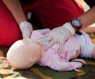 婴儿钝汉急救训练 免版税库存照片