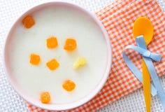 婴儿食品。牛奶粥用果子。 免版税库存照片