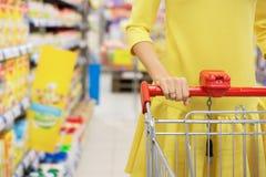 婴儿食品的妇女购物 库存照片