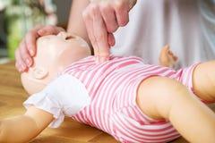 婴儿CPR两手指cvompression 免版税库存图片