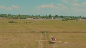 允许组合组合完全收获操舵的计算机gps平直的系统对拖拉机麦子 股票视频