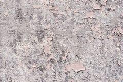 元素变粉红色与镇压的油漆涂层在一块肮脏的灰色石头 剥桃红色油漆难看的东西 库存照片
