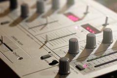 元素一个音乐DJ键盘的细节和开关 免版税库存照片