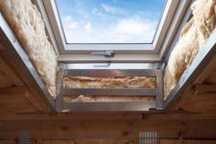 元素特写镜头在塑料有双重斜坡屋顶的房屋或天窗窗口里在沥青木瓦屋顶 库存图片