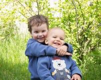 兄弟二个年轻人 免版税图库摄影