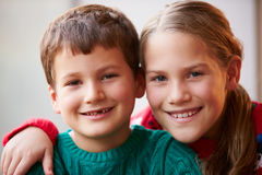 兄弟和姐妹室内画象  免版税库存图片
