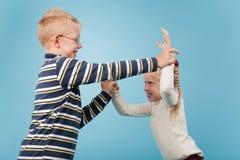 兄弟和姐妹开始互相的一次嬉戏的战斗 库存图片