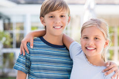 兄弟和姐妹拥抱 免版税图库摄影