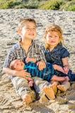 兄弟和姐妹海滩的 库存照片