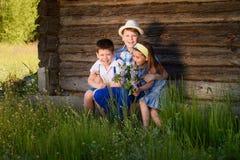 兄弟和姐妹画象在村庄 库存图片