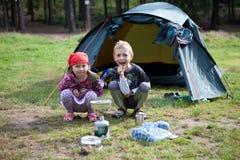 兄弟和姐妹野营 免版税库存照片