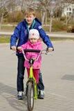 兄弟和姐妹滑行车的 免版税库存照片