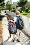 兄弟回家学校走 免版税库存图片