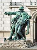 兄弟在胳膊雕塑在布达佩斯,匈牙利 免版税图库摄影