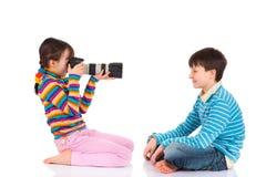 兄弟女孩拍摄 免版税图库摄影