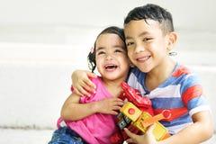 兄弟姐妹女孩男孩孩子喜悦嬉戏的休闲概念 免版税库存照片