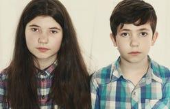 兄弟姐妹青春期前的男孩和少年女孩 库存图片