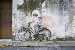 兄弟姐妹骑自行车者街道艺术壁画在乔治城,槟榔岛,马来西亚 免版税库存图片