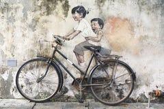 兄弟姐妹骑自行车者街道艺术壁画在乔治城,槟榔岛,马来西亚 库存图片