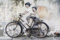 兄弟姐妹骑自行车者街道艺术壁画在乔治城,槟榔岛,马来西亚 免版税库存照片