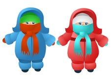 兄弟子项给愉快的一个姐妹微笑的二冬天穿衣 免版税库存照片