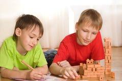 兄弟是玩具城堡的大厦 免版税库存图片