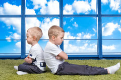 兄弟的冲突 男孩有一次战斗和转动用不同的方向 在家庭b内的关系困难 免版税图库摄影