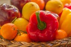 充分一个季节性篮子菜和果子 库存照片