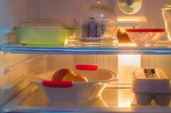 充分一个开放冰箱的正面图新鲜食品 库存照片