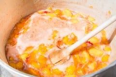 充分一个罐的顶视图用煨的桃子 自创桃子果酱烹调 库存照片