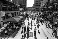 充分一个crowdy地方路透社广场的金丝雀码头-伦敦-大英国- 2016年9月19日商人 库存图片