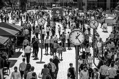 充分一个crowdy地方路透社广场的金丝雀码头-伦敦-大英国- 2016年9月19日商人 库存照片