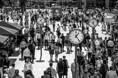 充分一个crowdy地方路透社广场的金丝雀码头-伦敦-大英国- 2016年9月19日商人 图库摄影