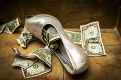充分一双白色白色婚礼鞋子美元和货币 免版税库存照片