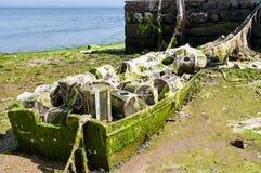 充分一条老小船传统加利西亚捕鱼网 免版税库存照片