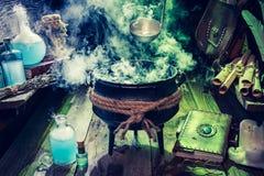 充分与蓝色和绿色烟的不可思议的混合物witcher小屋为万圣夜 免版税图库摄影