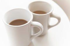 充分两个杯子咖啡用牛奶 免版税库存照片