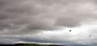 充分云彩空气软式小型飞艇 库存图片