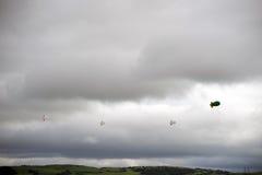 充分云彩空白的空气软式小型飞艇 免版税图库摄影