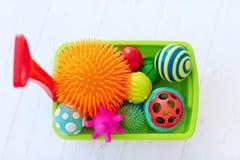 充分五颜六色的玩具台车充满活力和各种各样的孩子` s发展的形状有触觉的球 库存照片