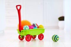 充分五颜六色的玩具台车孩子` s发展的不同的颜色和形状有触觉的球 免版税图库摄影