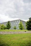 充分修造窗口的现代建筑学在风暴期间 免版税库存照片