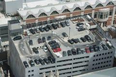 充分停车库汽车在大城市 停车处概念 顶视图 库存图片