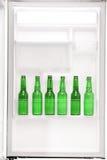 充分关闭一个开放冰箱啤酒 免版税库存照片