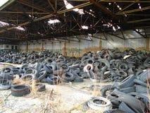 充分军事大厦废墟非法轮胎废物 免版税库存图片
