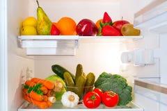 在冰箱的健康水果和蔬菜 免版税图库摄影
