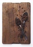 充分匙子的图象黑干胡椒和多香果 库存图片