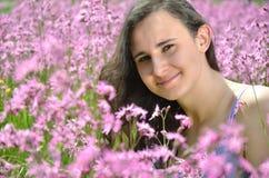 充分华美的草甸的美丽的可爱的深色的女孩野花 免版税库存图片