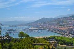 充分口岸的看法一个沿海城市的小船山的 库存图片